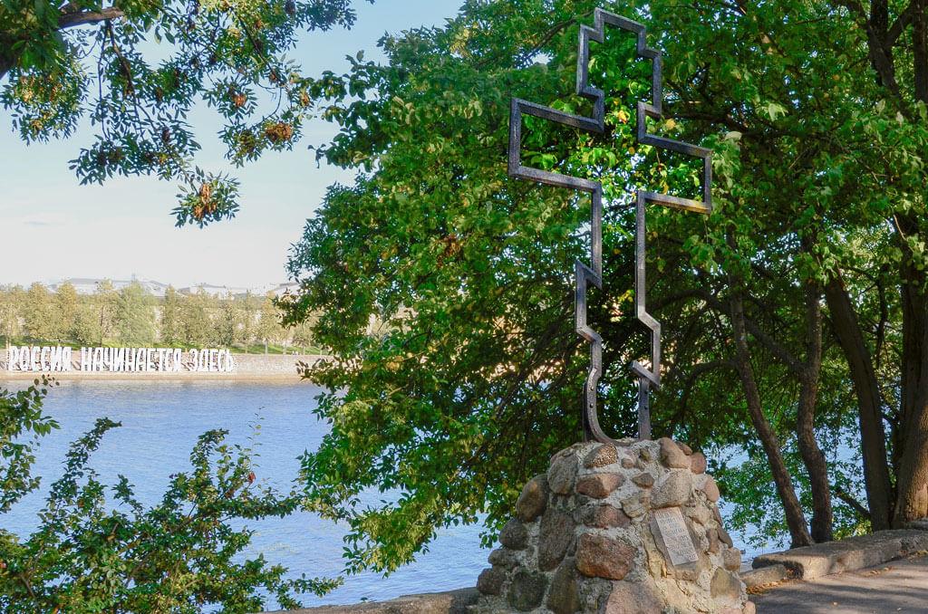 Поклонный крест на реке