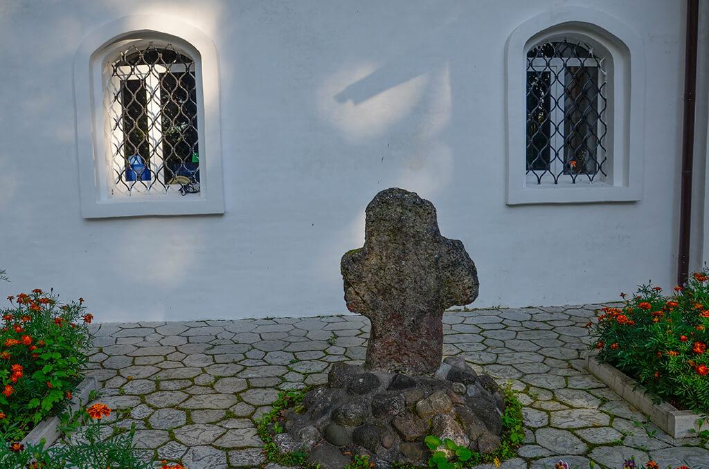 крест у собора