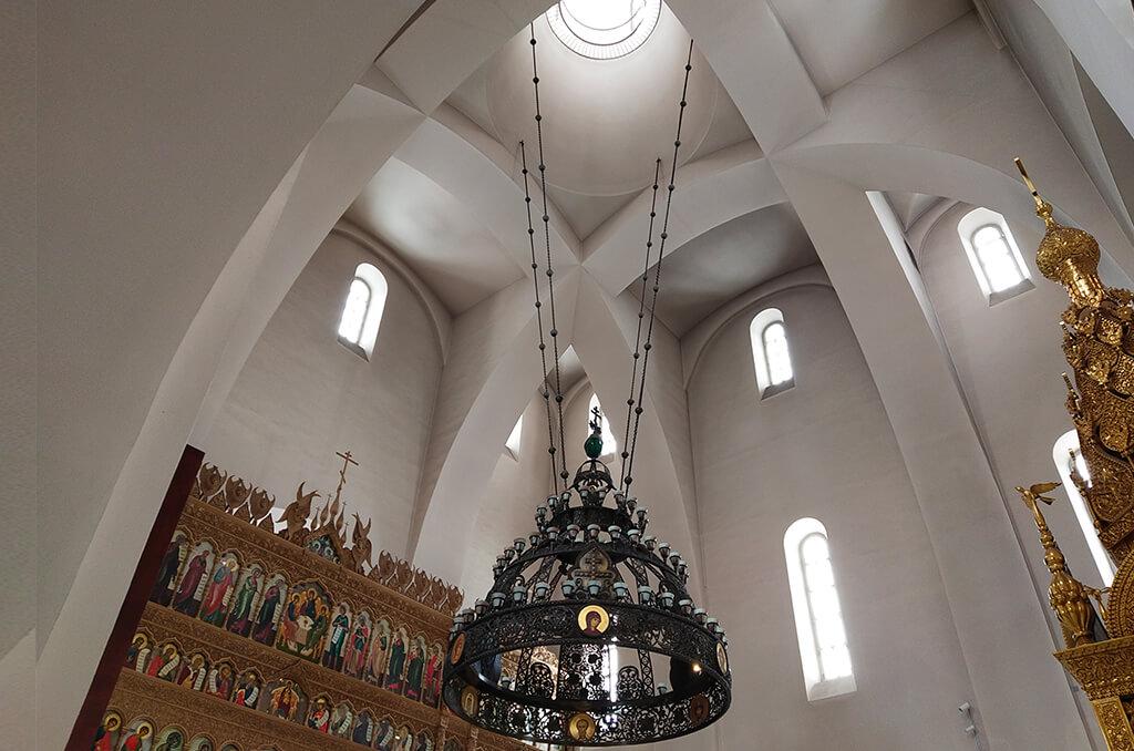 светильник в храме