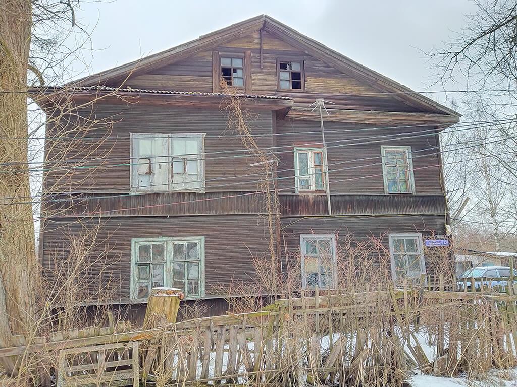 старинный дом на поселковой